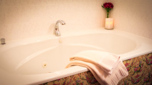 Jacuzzi-style whirlpool tub in the Robert Frost Room
